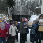 На проект откликнулись дети воскресной школы и повесили кормушки на территории участка воскресной школы.